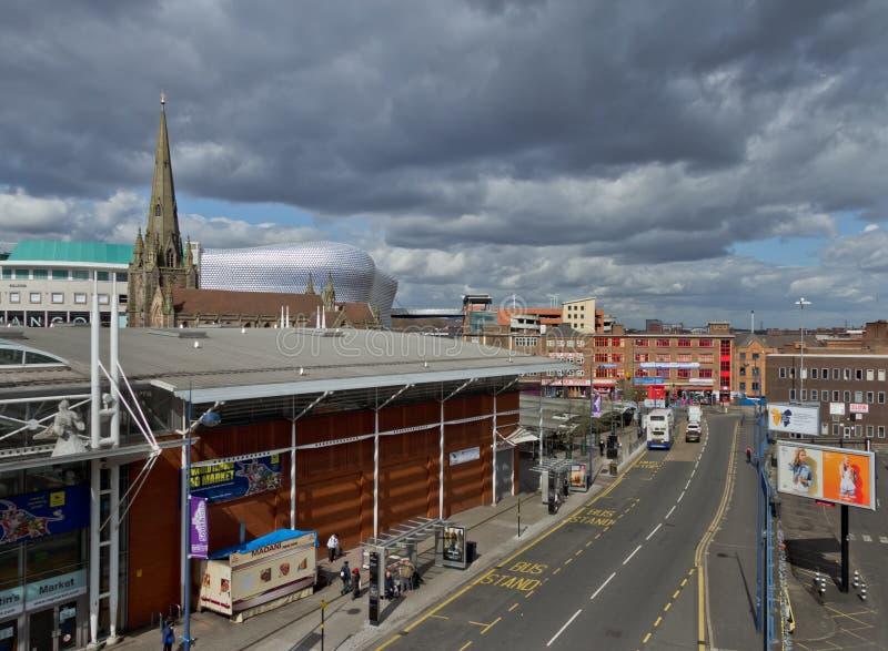 Birmingham som är i stadens centrum på en molnig men solig dag royaltyfri fotografi