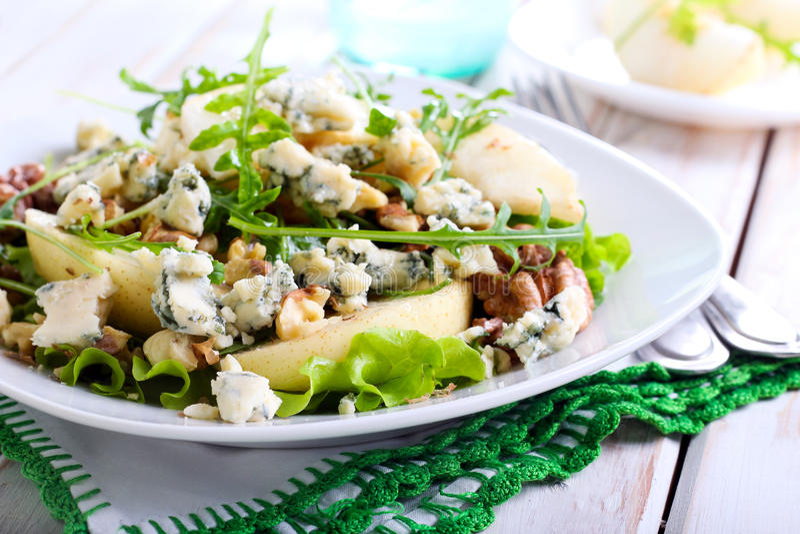 Birne, Blauschimmelkäse und Nusssalat stockfoto