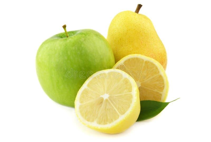 Birne und Apfel mit Zitrone lizenzfreie stockfotografie