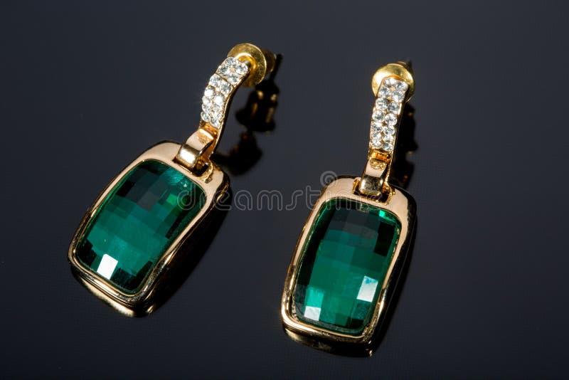 Birnen-Diamant-grüne Ohrringe lizenzfreie stockbilder