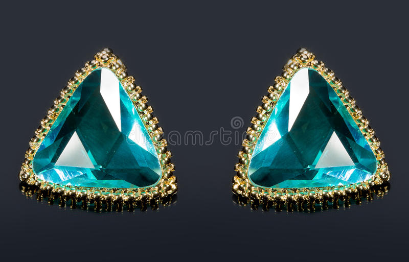 Birnen-Diamant-grüne Ohrringe stockfoto