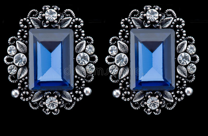 Birnen-Diamant-Ohrringe Blaue Edelsteine stockfotos
