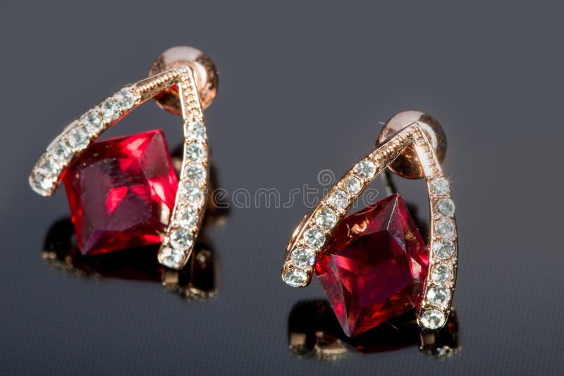 Birnen-Diamant-Ohrringe Rote Edelsteine lizenzfreie stockfotografie