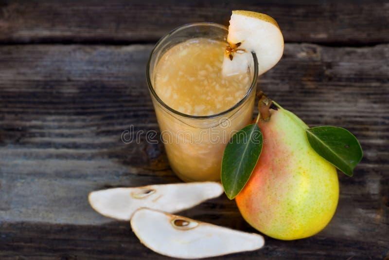 Birnen-Saft mit frischen Früchten lizenzfreie stockbilder
