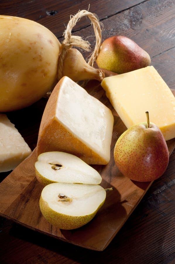 Birnen und Mischung des italienischen Käses lizenzfreies stockfoto