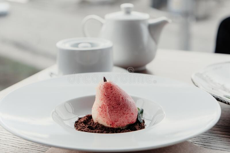 Birnenmousse-Dessert in Form von Williams-Birnen auf weißer Platte Köstliches Dessert für den Urlaub stockfotografie