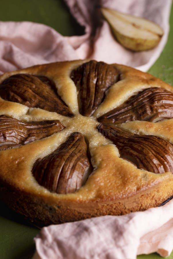 Birnentortennahaufnahme Kuchen mit ganzen Birnenfrüchten stockbild