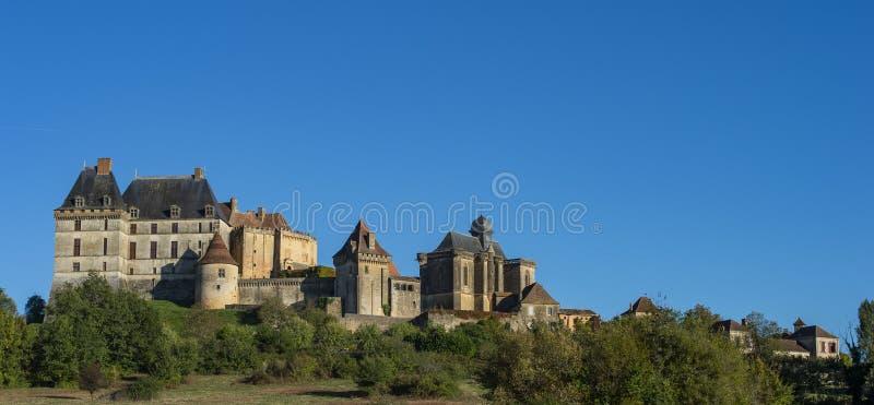 Biron小山顶面村庄和城堡在多尔多涅省地区 免版税库存图片
