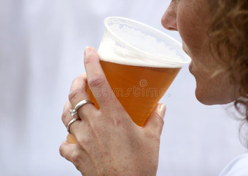 Birra bevente fotografia stock