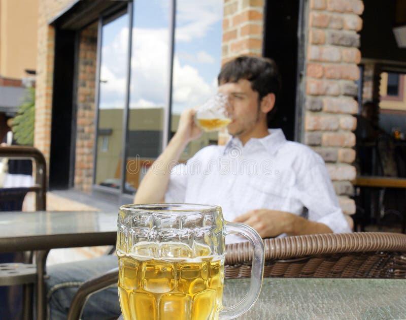 Birra bevente del giovane fotografia stock