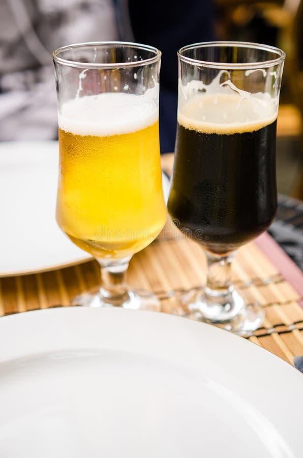Birra bionda, birra scura fotografia stock libera da diritti
