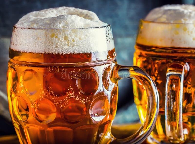 Birra Birre fredde di OktoberfestTwo Birra alla spina Birra inglese del progetto Birra dorata Birra inglese dorata Birra dell'oro fotografia stock