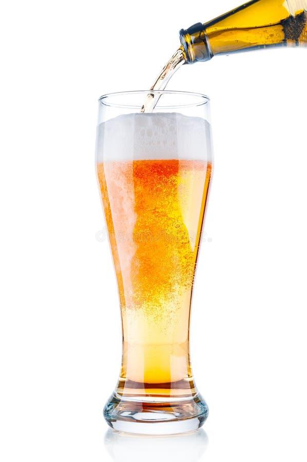 Birra che versa nel vetro immagini stock