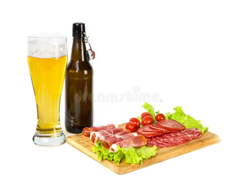 Birra chiara della lager e miscela degli snackes differenti della carne fotografia stock libera da diritti