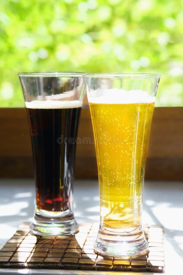 Birra chiara e scura fotografia stock