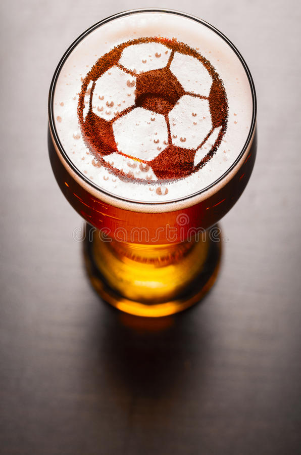 Birra chiara sulla tavola immagine stock