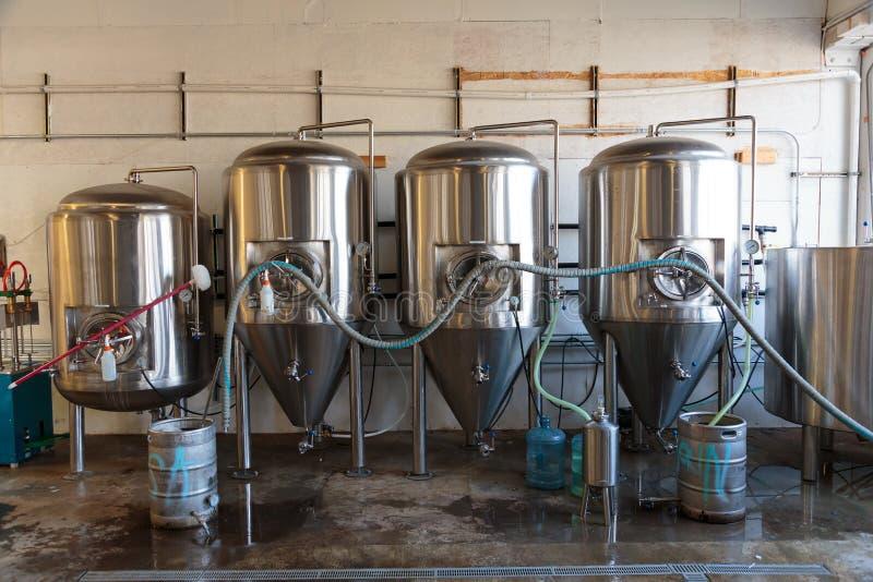 Birra commerciale del mestiere che fa alla fabbrica di birra fotografie stock libere da diritti