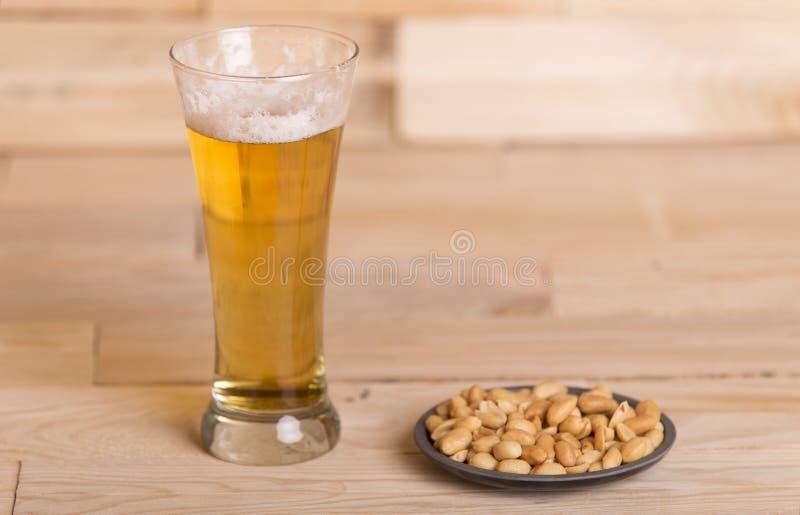 Birra con le arachidi immagine stock libera da diritti