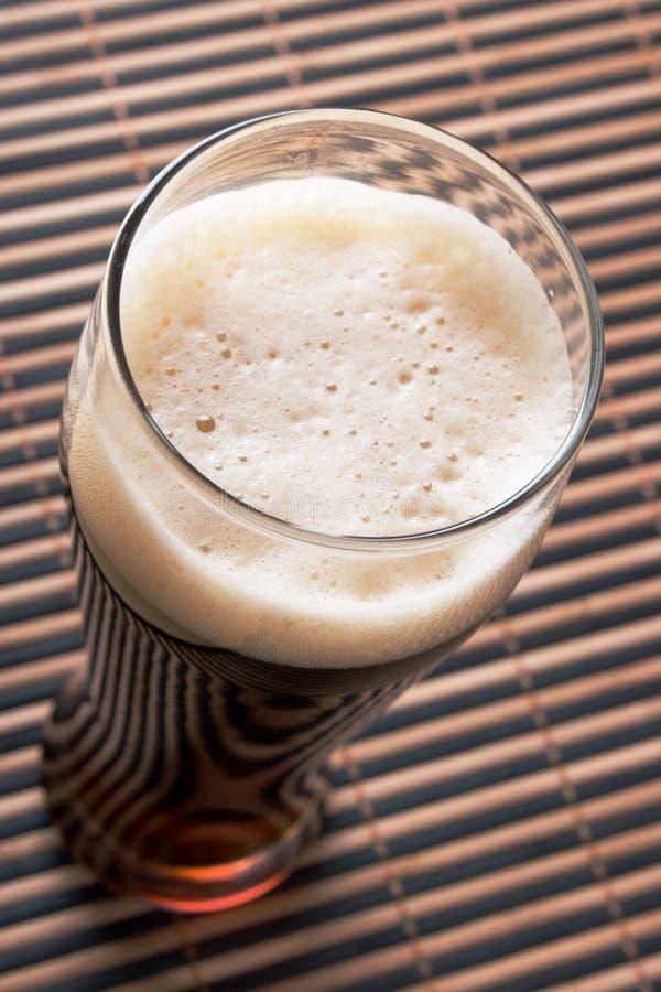 Birra con schiuma immagini stock