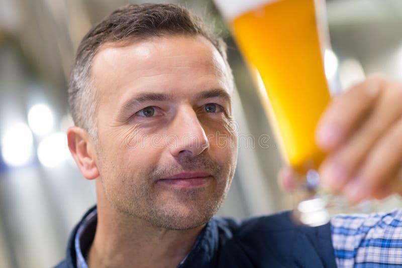 Birra d'esame del produttore del ritratto in fabbrica di birra fotografia stock libera da diritti
