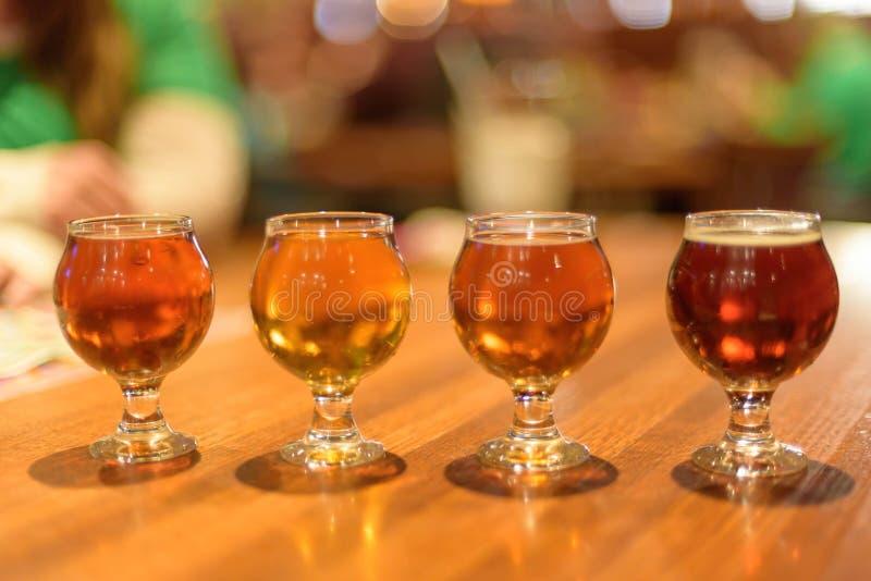Birra dell'assaggio il giorno del ` s di St Patrick fotografia stock
