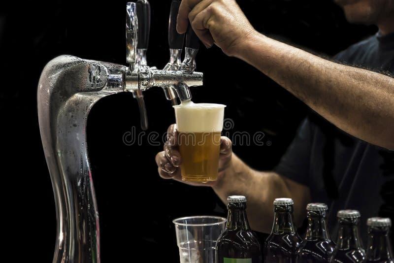 Birra dell'illustrazione dell'uomo dal colpetto fotografia stock