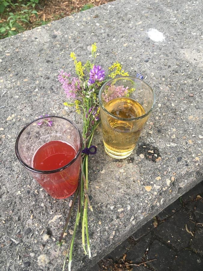 Birra della fragola con i wildflowers fotografie stock libere da diritti