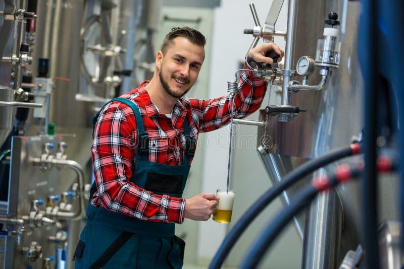 Birra di prova del fabbricante di birra fotografie stock libere da diritti