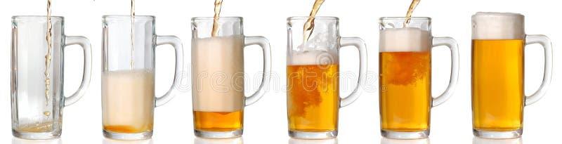 Birra di versamento. 43 Mpxls. fotografia stock libera da diritti