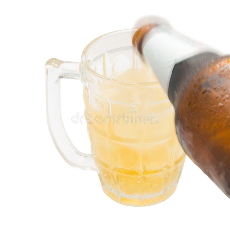 Birra di versamento giù il vetro fotografia stock libera da diritti