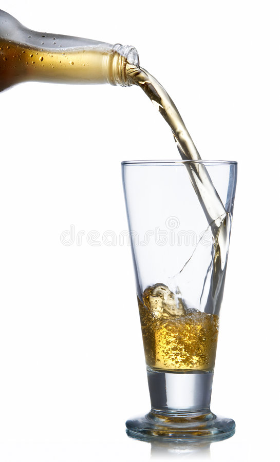 Birra di versamento su vetro immagine stock libera da diritti