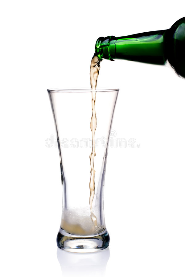 Birra di versamento in vetro fotografie stock