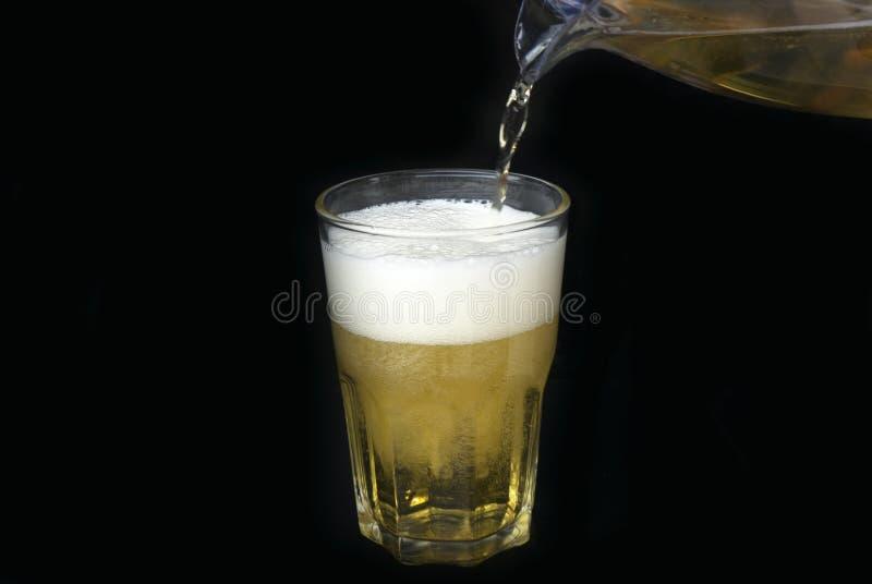 Birra di vetro su fondo nero con copyspace fotografie stock libere da diritti