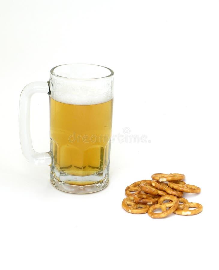 Birra e ciambelline salate immagine stock