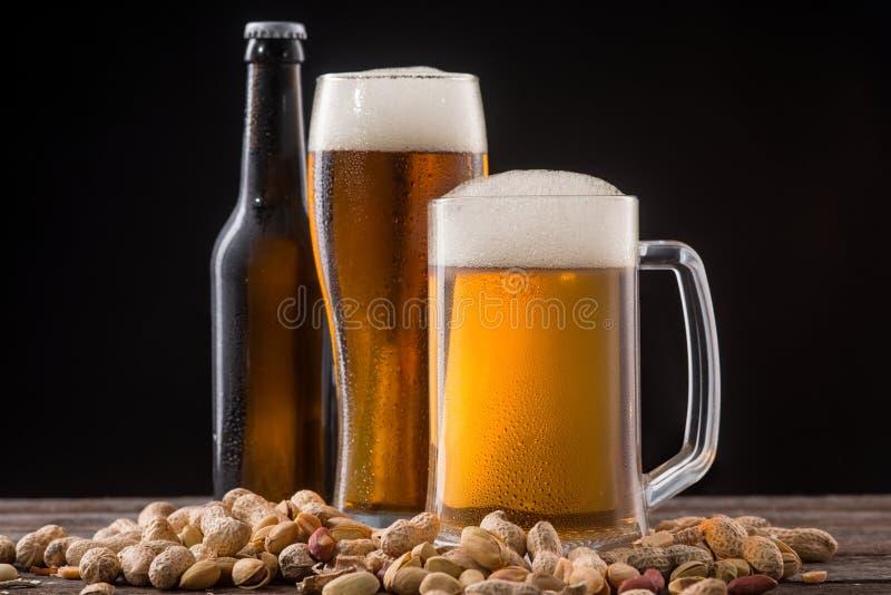 Birra e noci immagini stock libere da diritti