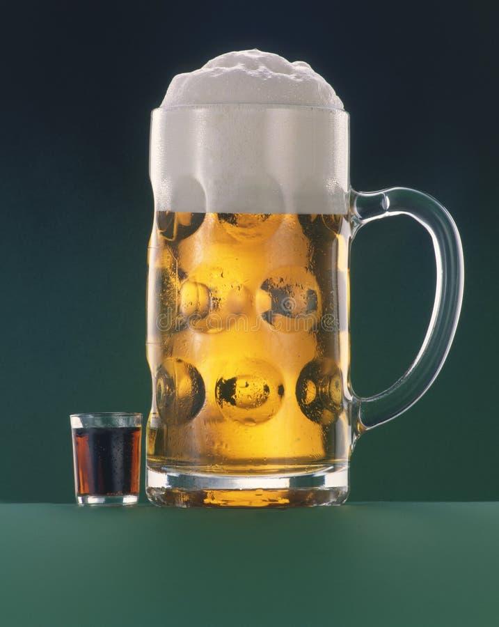 Birra e short fotografie stock