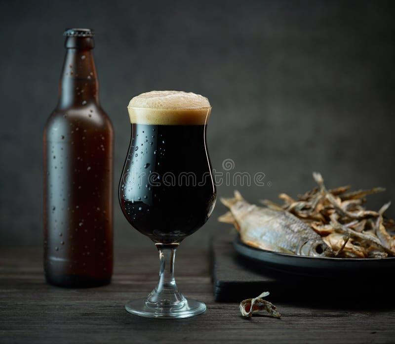 Birra e spuntini fotografia stock