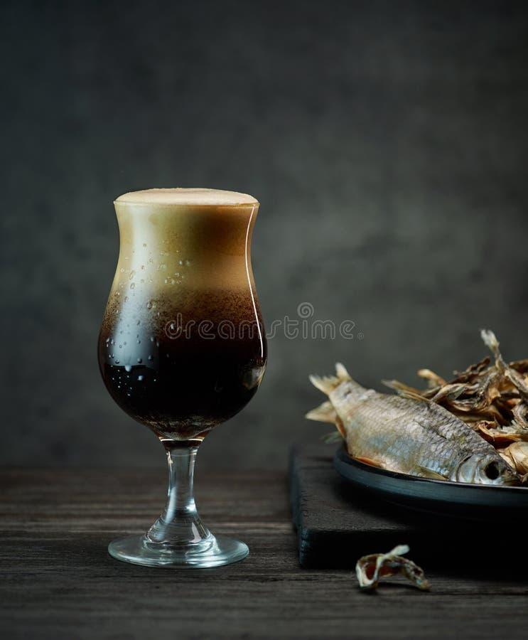 Birra e spuntini fotografia stock libera da diritti