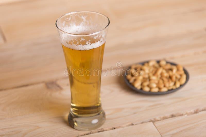 Birra ed arachidi immagine stock