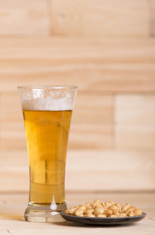 Birra ed arachidi fotografie stock libere da diritti