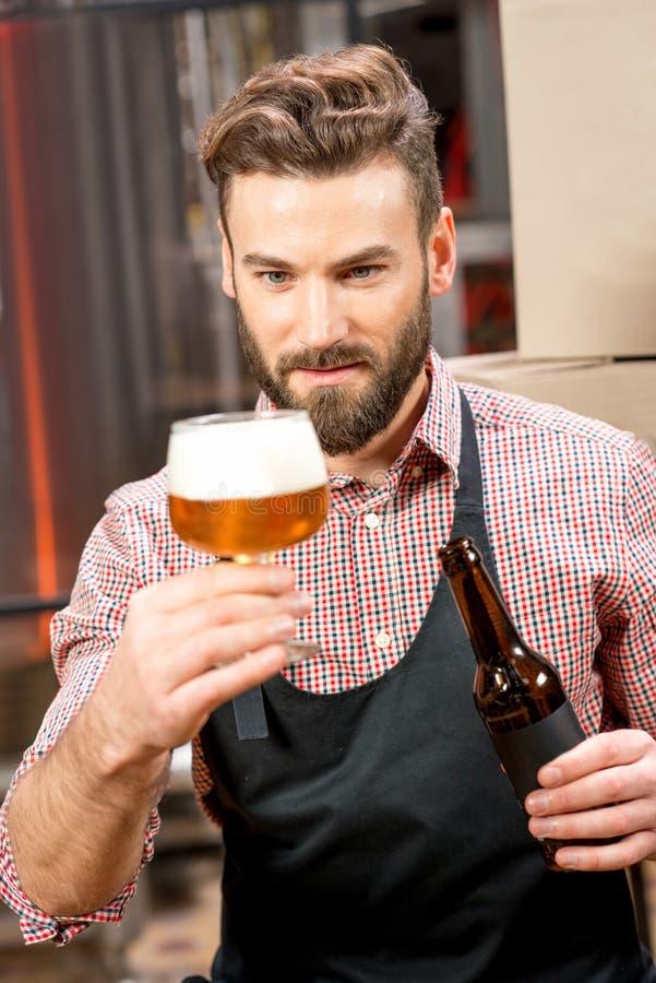 Birra expertising del fabbricante di birra immagine stock