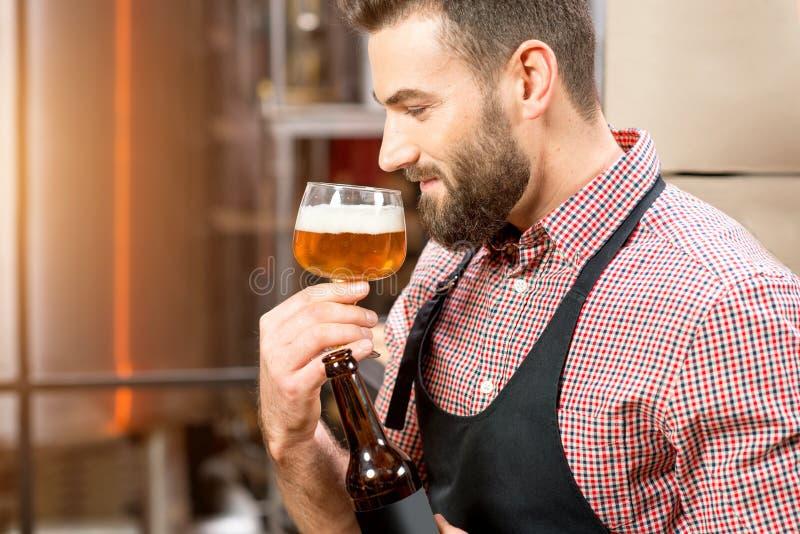 Birra expertising del fabbricante di birra fotografia stock