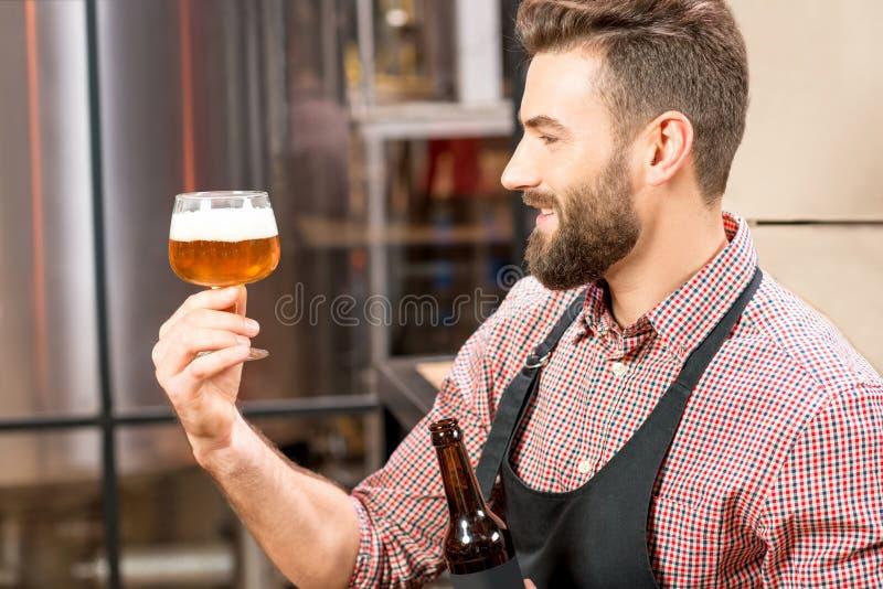 Birra expertising del fabbricante di birra fotografia stock libera da diritti
