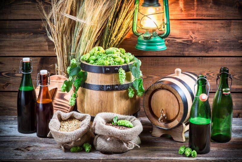 Birra facente casalinga nella cantina immagine stock