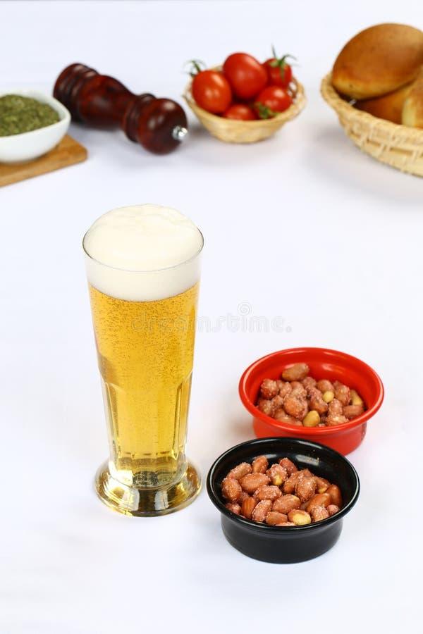 Birra fredda con il dado del cocktail fotografia stock