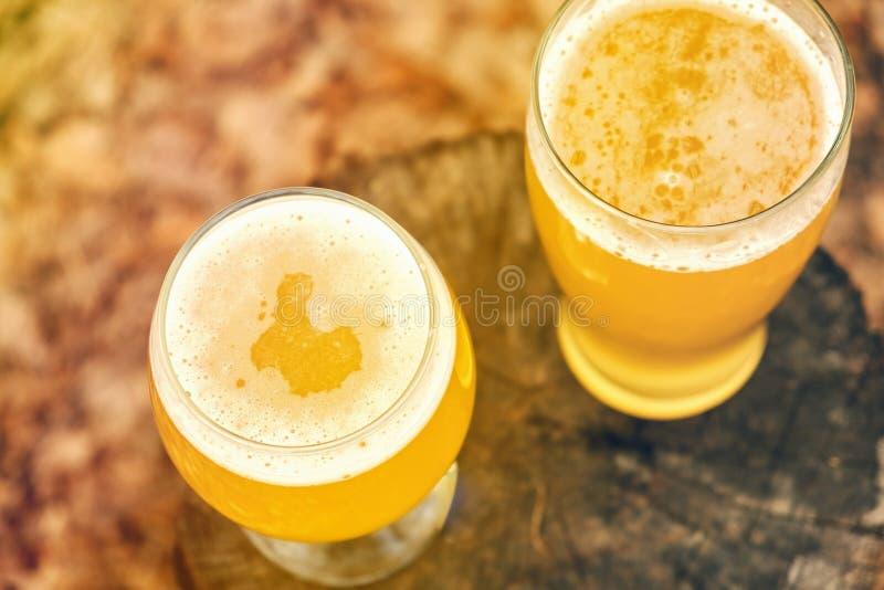 Birra fredda su tempo della griglia e dello scrittorio, all'aperto fotografia stock