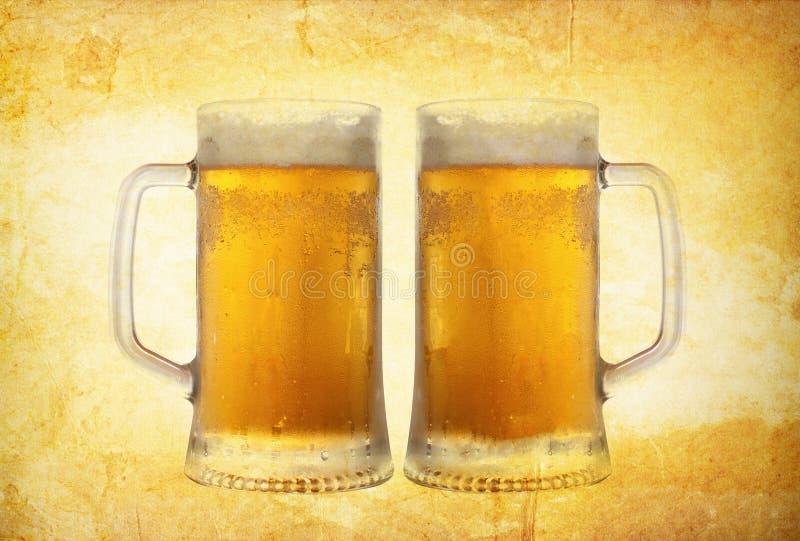 Birra fredda sulla priorità bassa dell'annata immagini stock