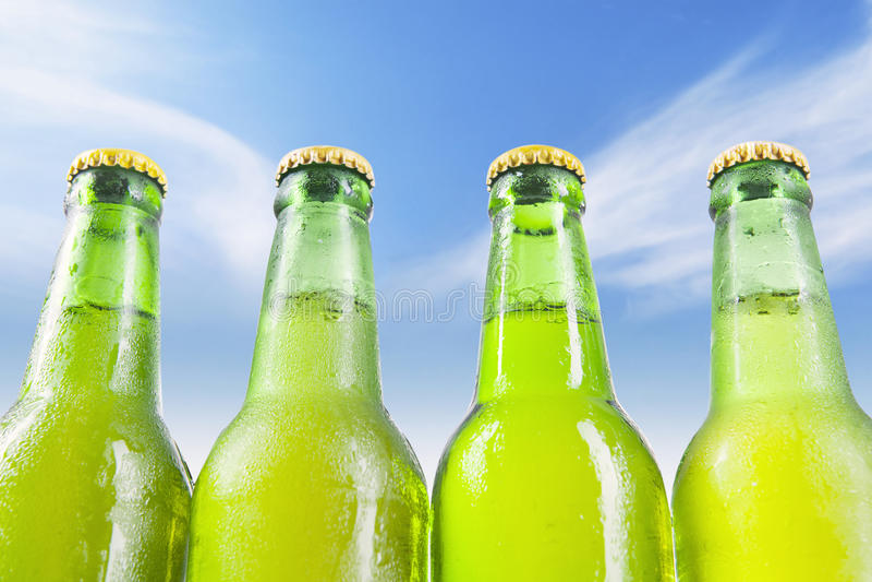 Birra fresca sulle bottiglie rugiadose immagine stock libera da diritti