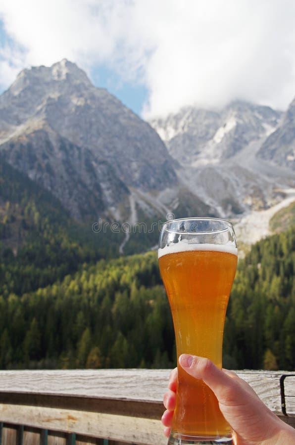 Birra nel paesaggio alpino fotografia stock libera da diritti