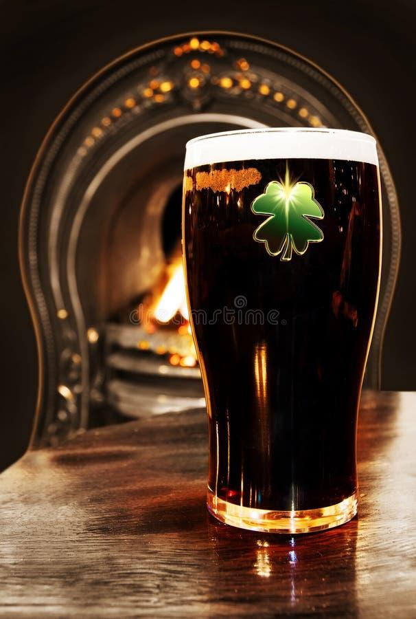 Birra nera irlandese del Patrick santo immagini stock